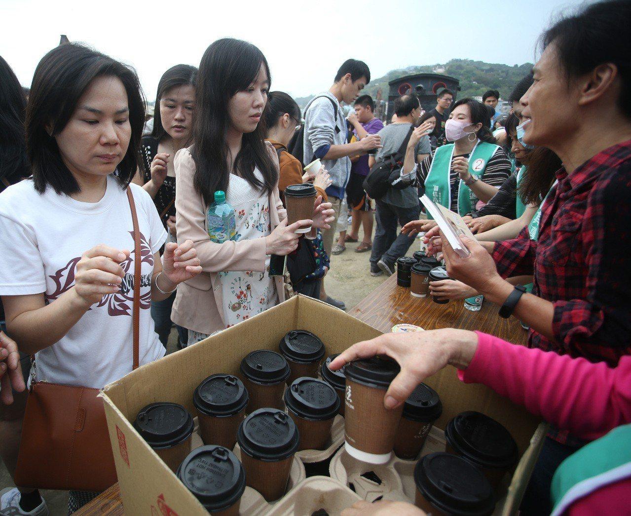 陳其邁「感謝有你咖啡會」以咖啡感謝支持者。 記者劉學聖/攝影