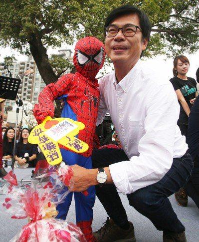 陳其邁和扮成蜘蛛人的「小邁粉」合影。 記者劉學聖/攝影
