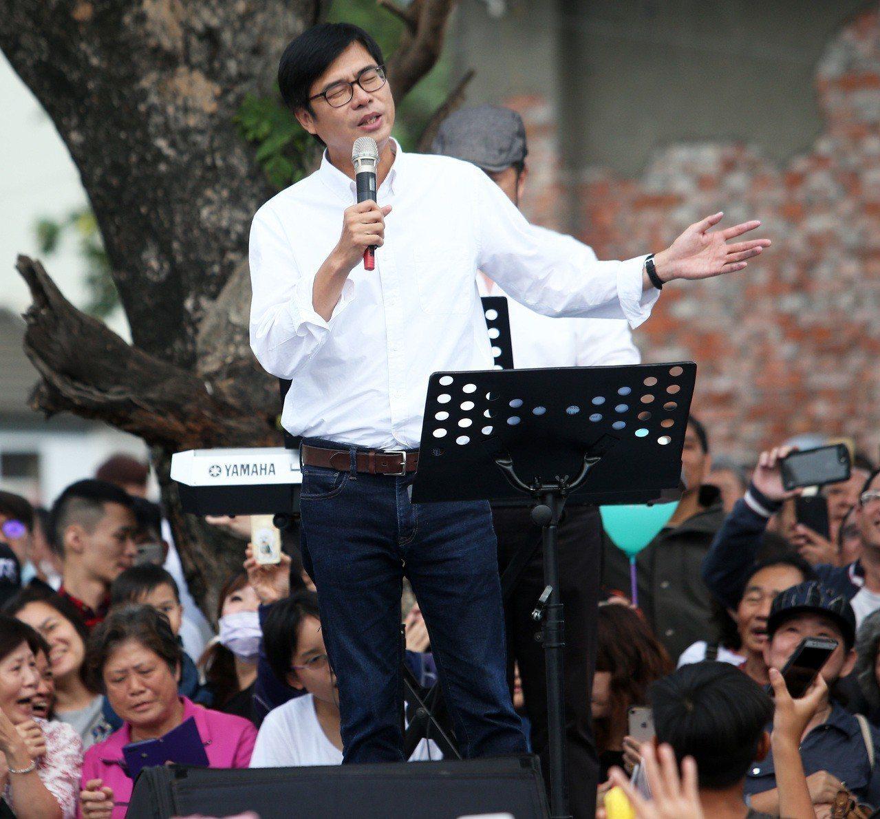 陳其邁形容自己的歌路很廣,上台時獻唱林夕的作品「紅豆」。 記者劉學聖/攝影