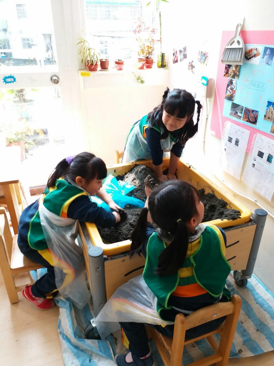 中央有意鬆綁幼兒園不得教英文規定,讓教師團體、學者擔憂有師資品質、環境條件不齊全...