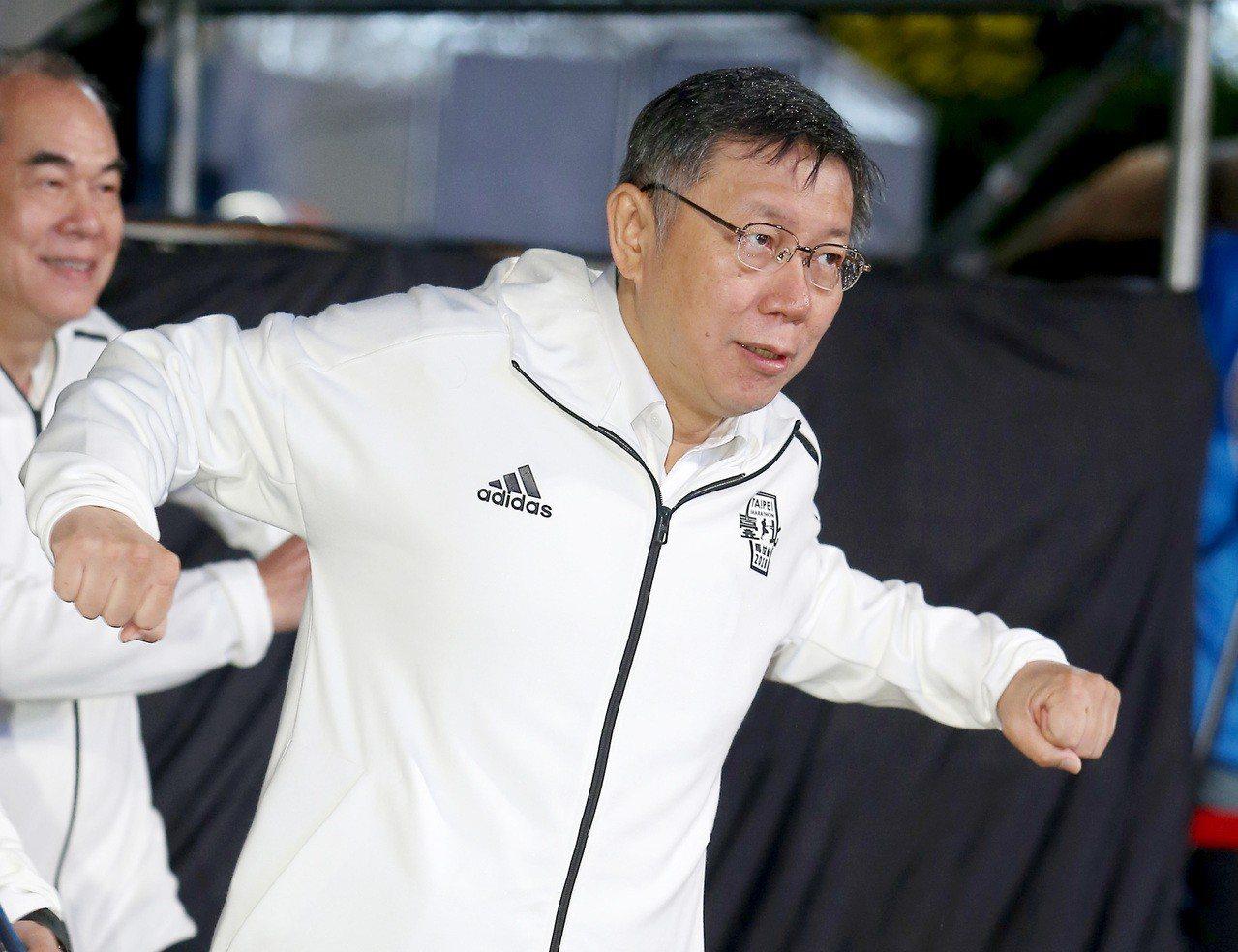 2018台北馬拉松今天在綿綿細雨中登場,台北市長柯文哲到場致詞,為賽事揭開序幕。...