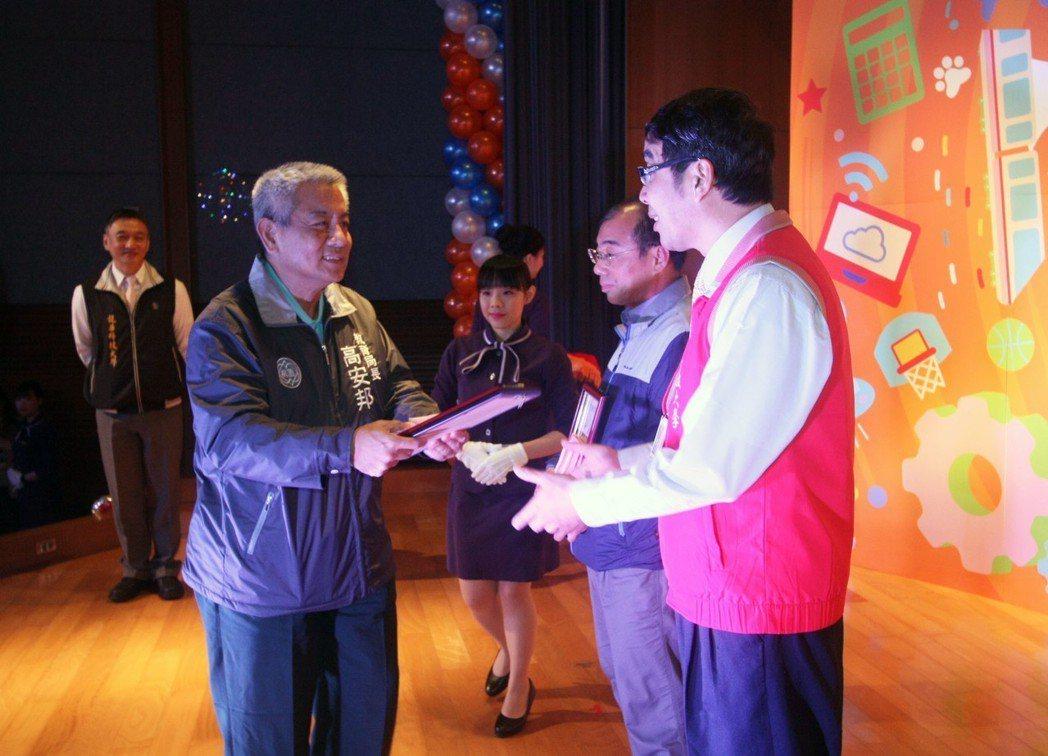 桃園市教育局長高安邦,受邀頒獎給龍華科大資深員工獎項。龍華科大/提供