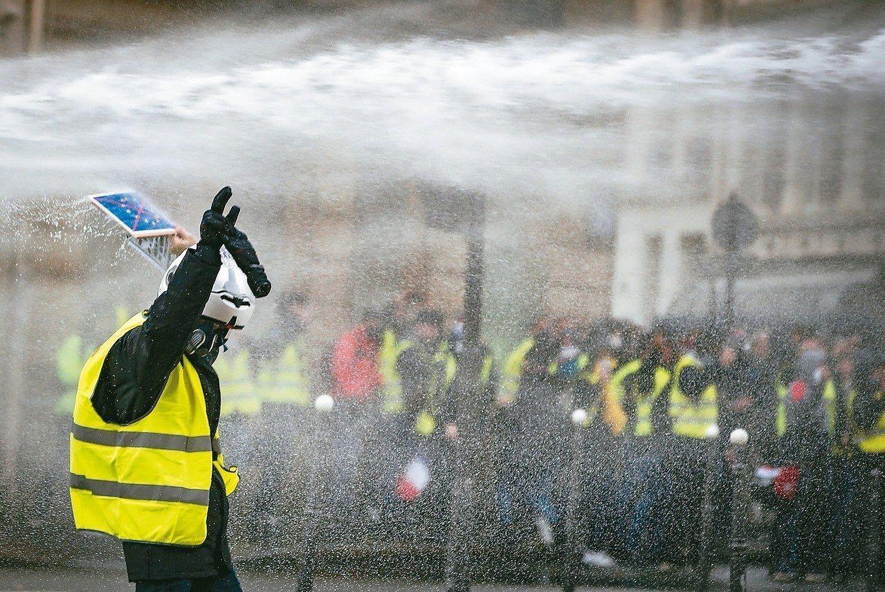 穿著「黃背心」的抗議群眾8日在巴黎示威,與鎮暴警察發生衝突。 歐新社