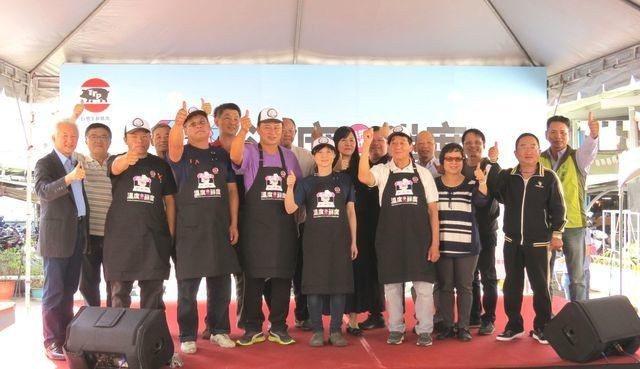擁有百年歷史的臺南市東場內,已有多家業者進行改善溫控設施,並於宣導活動會場上與長...