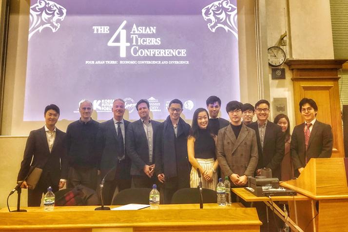 胡克禮教授(左二),LSE學生會主席許勝紘(右六)。圖/倫敦政經學院台灣學生會提...