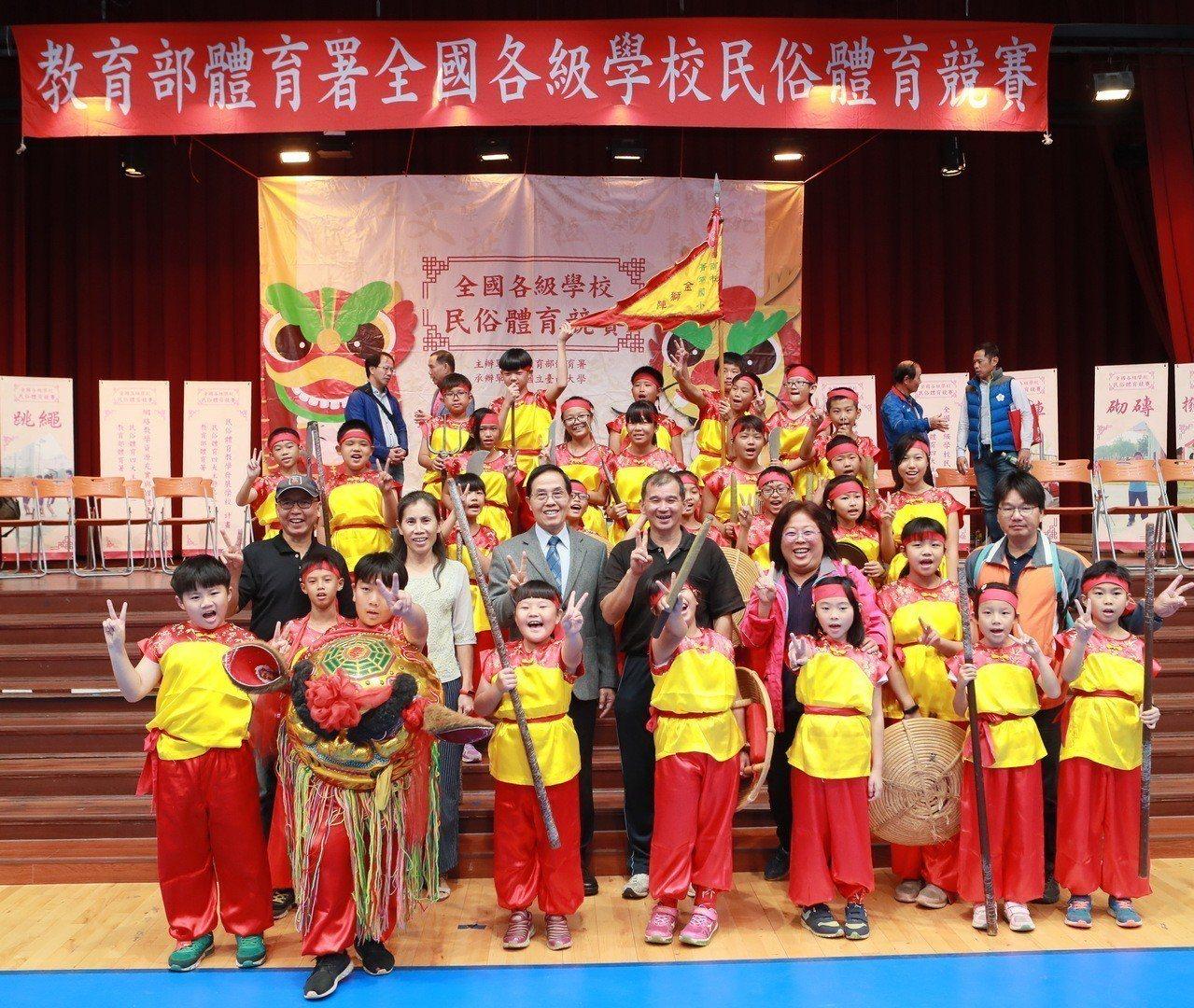 副署長王水文(第二排左起第3)與中心主任蔡宗信(第二排左起第4)與參賽選手合影。...