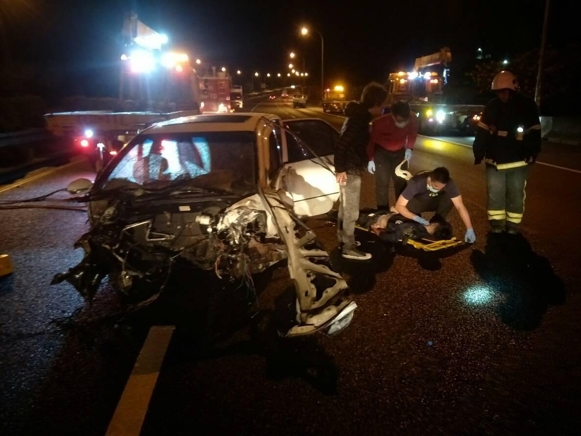 國道1號北上138公里苗栗縣銅鑼鄉北上路段今天清晨4點26分發生車禍,造成轎車內...