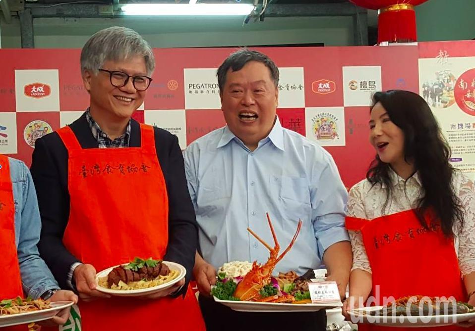 以一曲「愛江山更愛美人」爆紅的吳蕚洋(左1)力挺台灣食育協會等單位舉辦的「南機場...