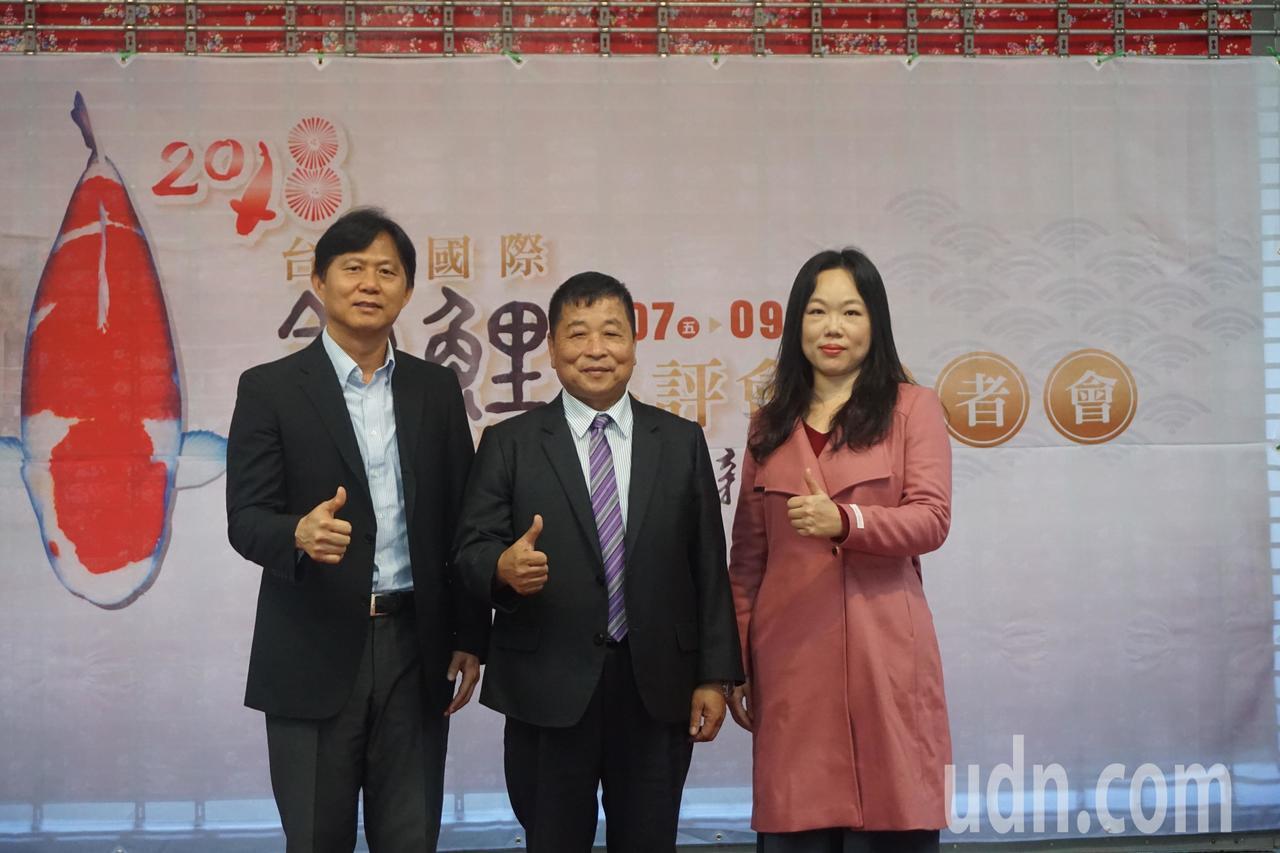 鍾瑩瑩〈右〉分享自身投入錦鯉產業的經歷,也鼓勵年輕人加入這個行業。記者陳斯穎/攝...