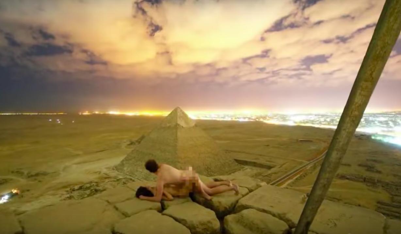 丹麥攝影師與女友在金字塔頂端拍攝裸照。截自YouTube
