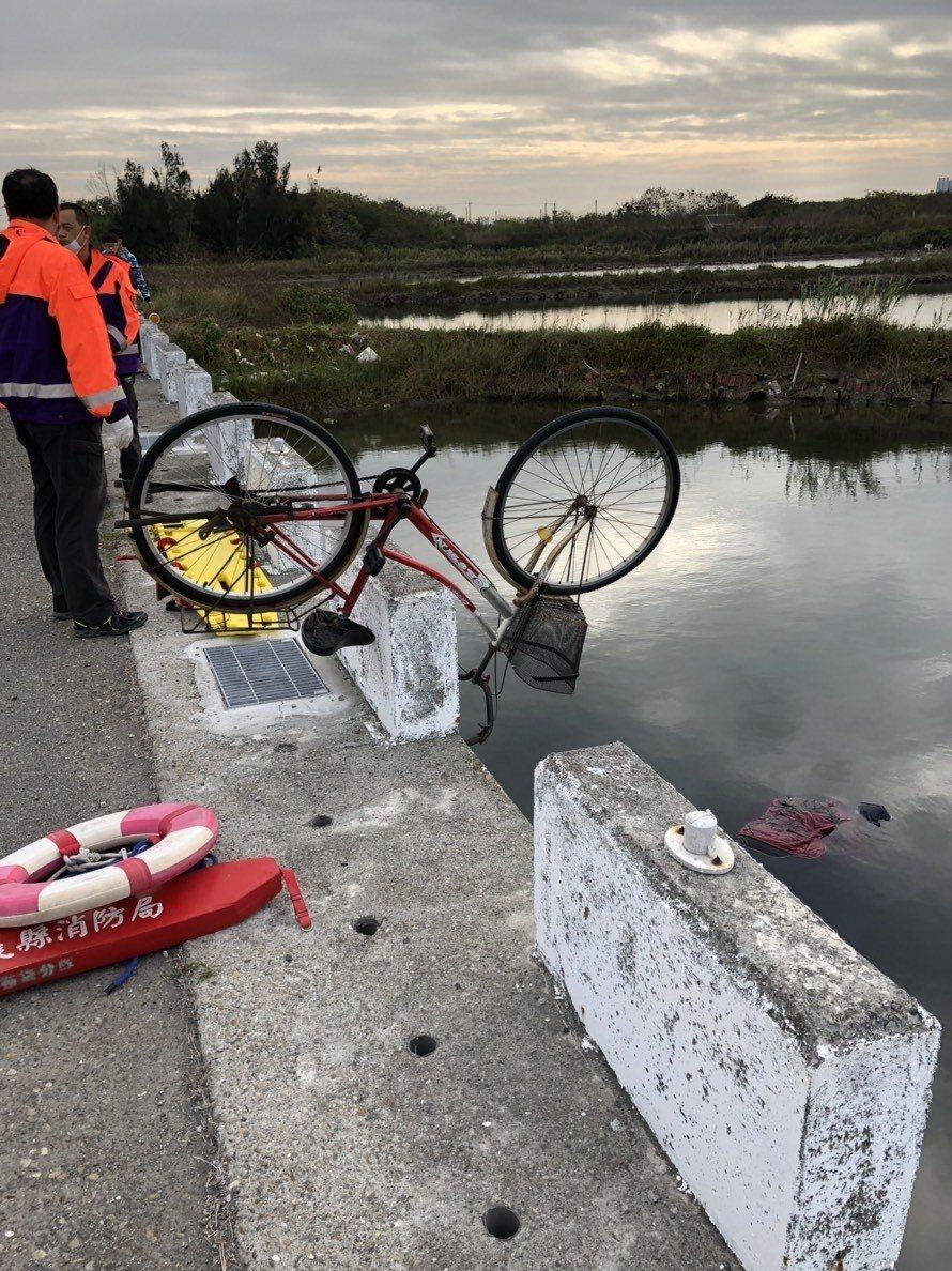 布袋一處魚塭今早發生溺斃案,疑是女性死者的單車倒放在魚塭旁。 記者謝恩得/ 翻攝