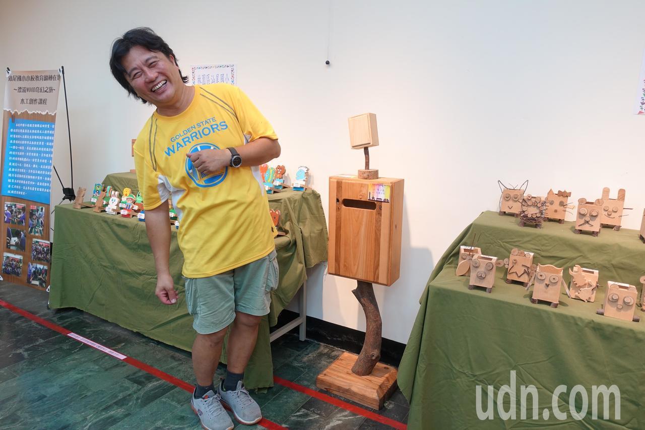 龔琮勝與他的木創作品歪腰信箱。記者劉星君/攝影