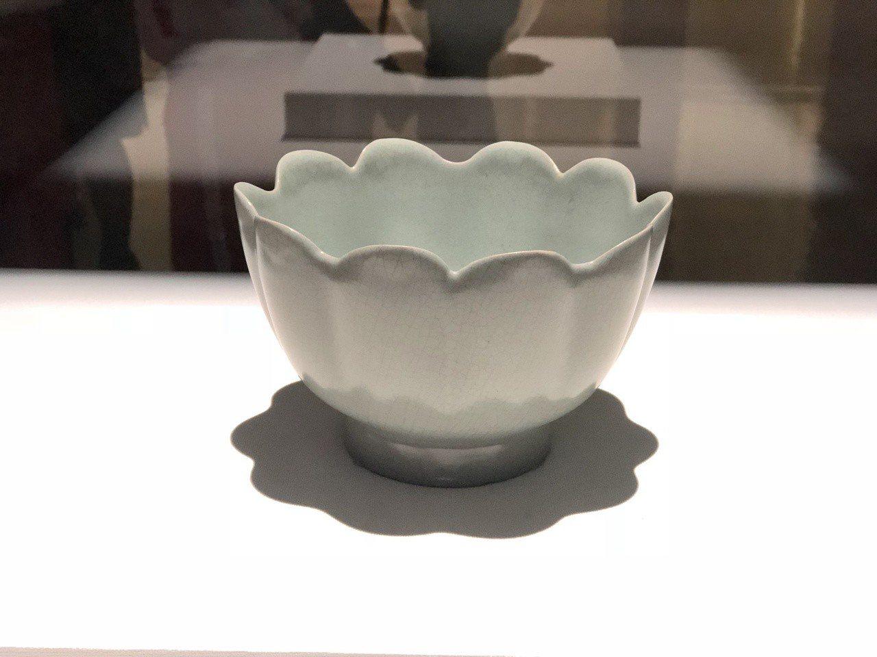 國美館舉行「花之禮讚」展,故宮藏品南宋至元的玉荷葉洗。記者何定照/攝影