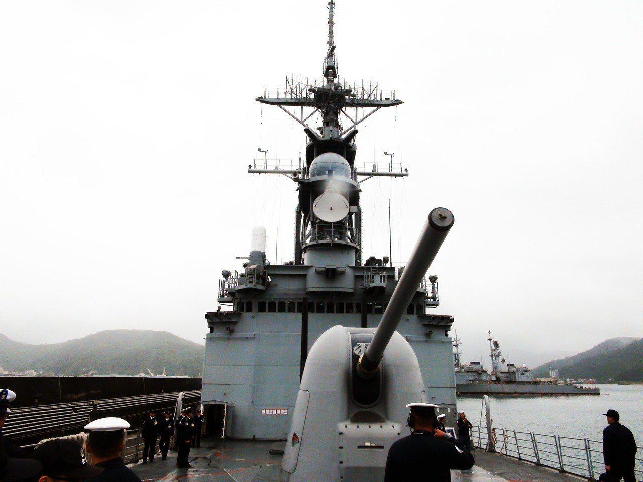泊靠在蘇澳軍港的基隆級馬公軍艦,日前展示艦上五吋砲與發射標一、標二防空飛彈與反潛...