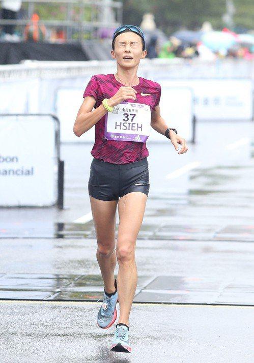 謝千鶴摘下全程馬拉松女子組國內冠軍。記者余承翰/攝影