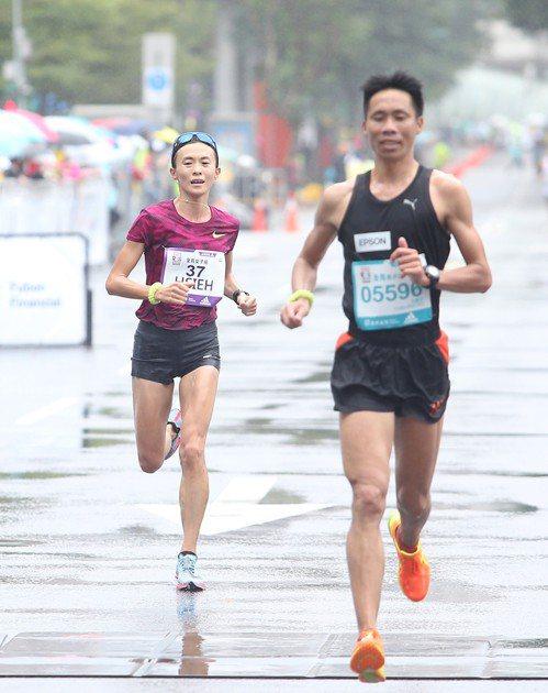 謝千鶴(左)跟著何盡平一起回到終點。記者余承翰/攝影