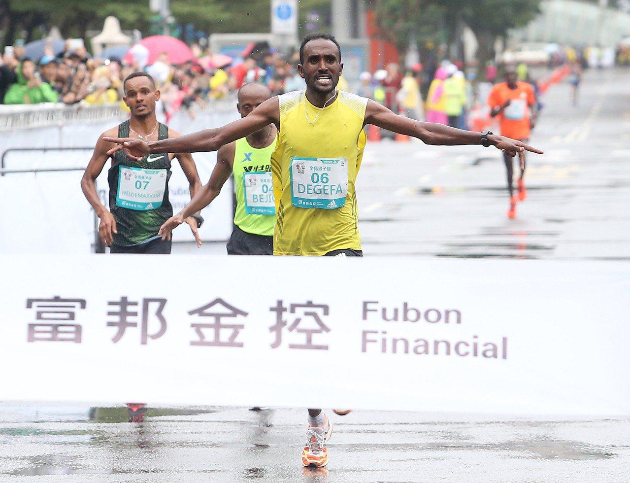 衣索比亞跑者達格非最後關頭衝出壓線。記者余承翰/攝影
