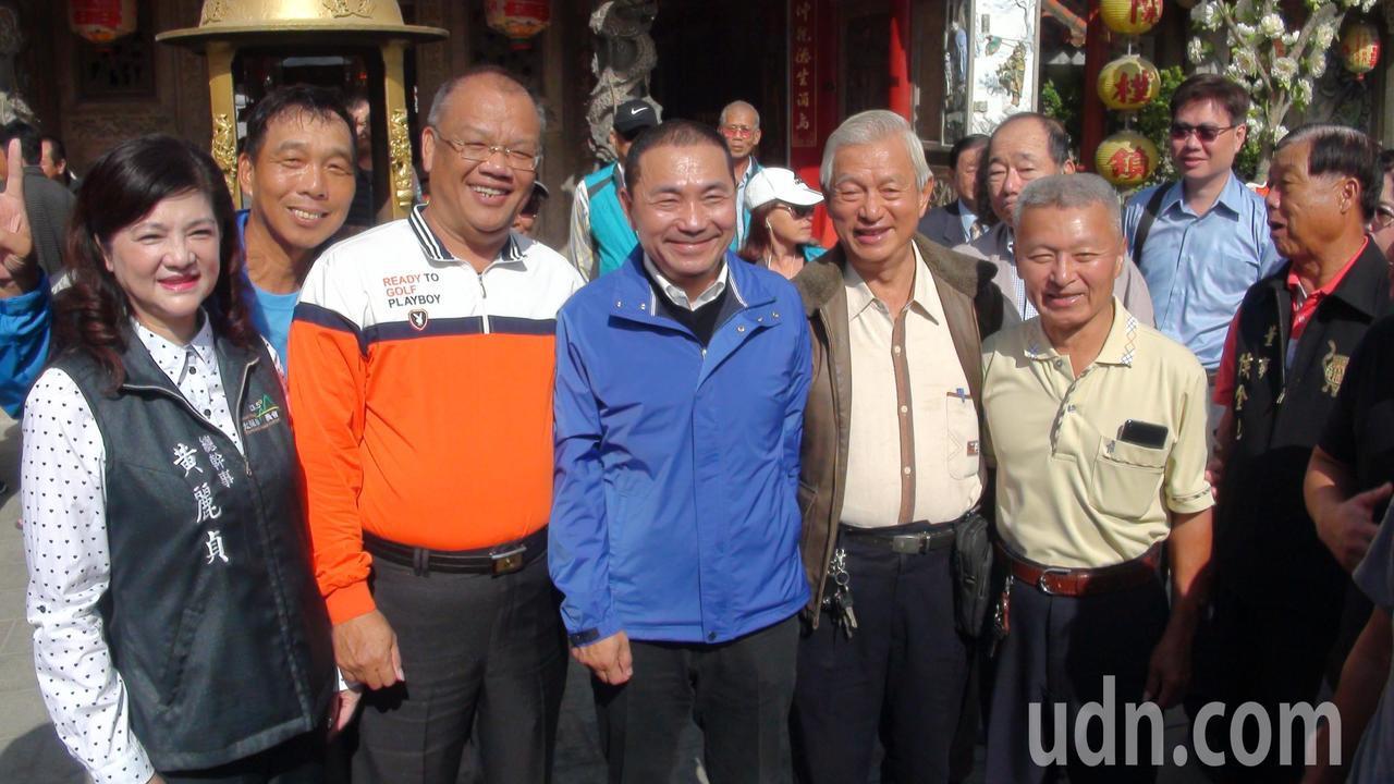 侯友宜(左三)感謝國中導師戴全明(右三)競選期間幫他站台力挺。記者謝恩得/攝影