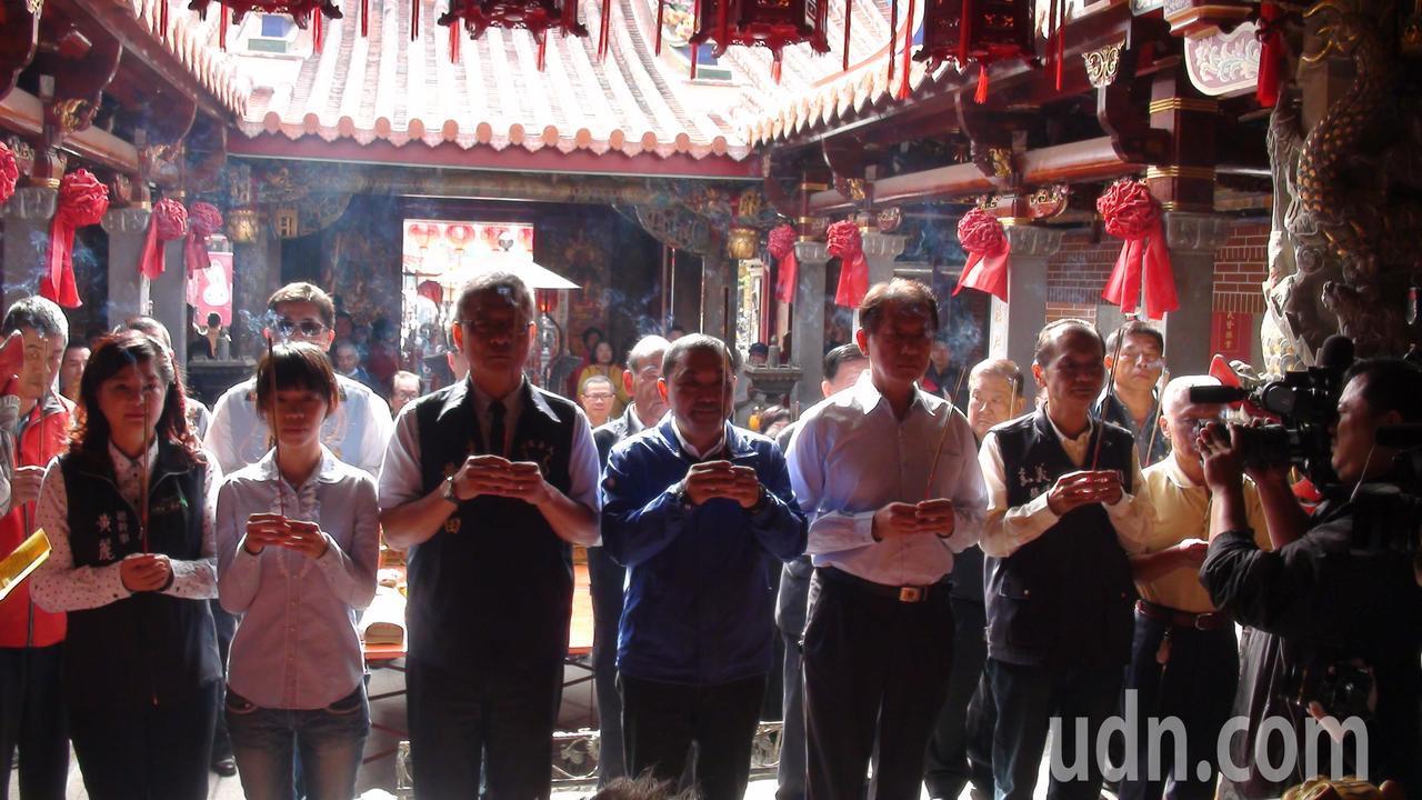 新北市長當選人侯友宜(左四)返鄉到朴子配天宮拜媽祖。記者謝恩得/攝影