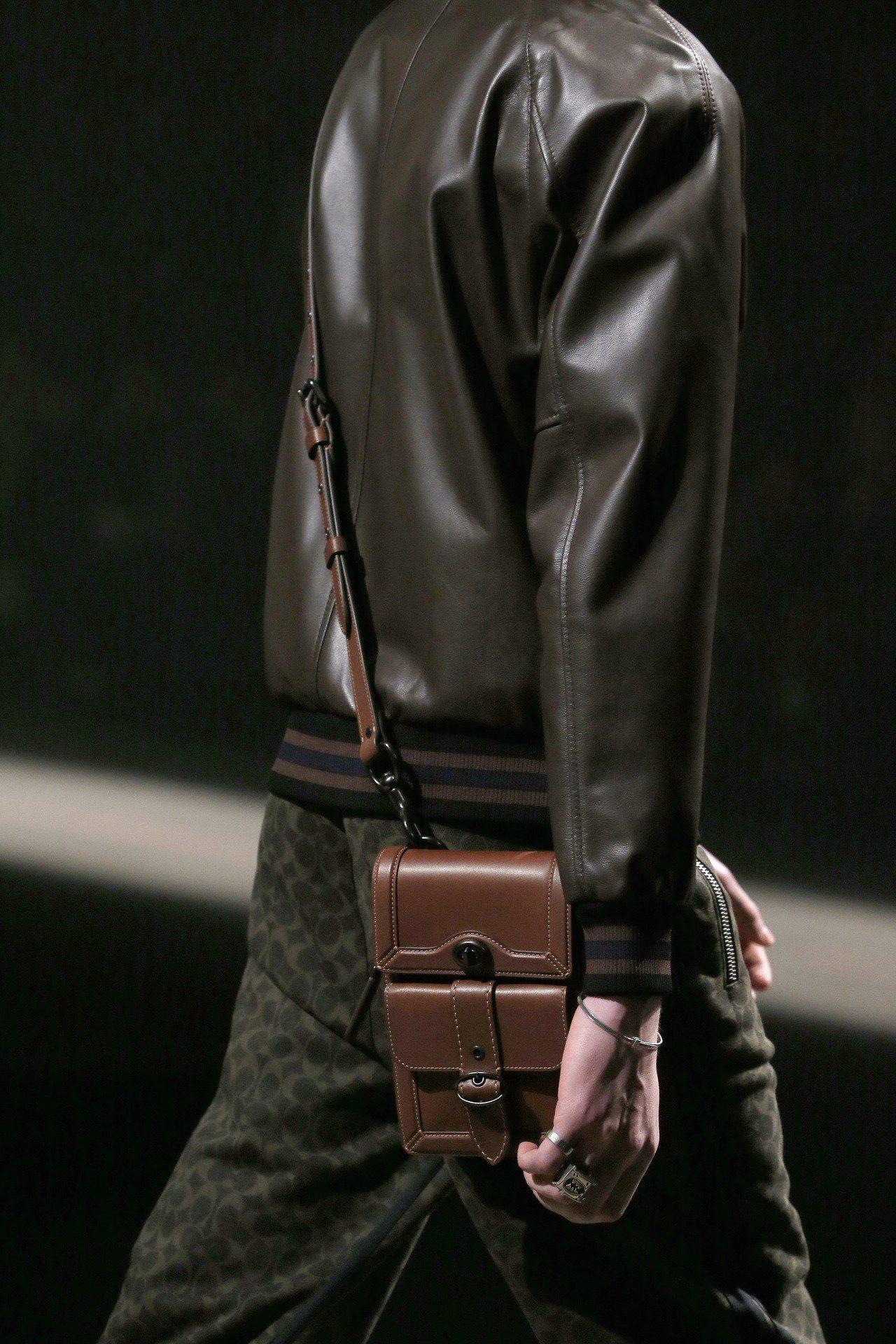2019早秋男裝的各式包款令人眼睛一亮。圖/COACH提供