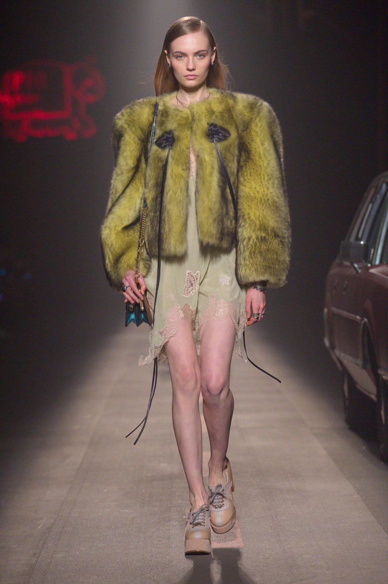 如雲朵般豐厚的Shearling外套和性感的紗裙都是COACH特色。圖/COAC...