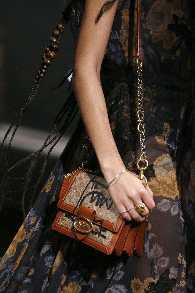 2019早秋女裝有風琴包的新款式。圖/COACH提供