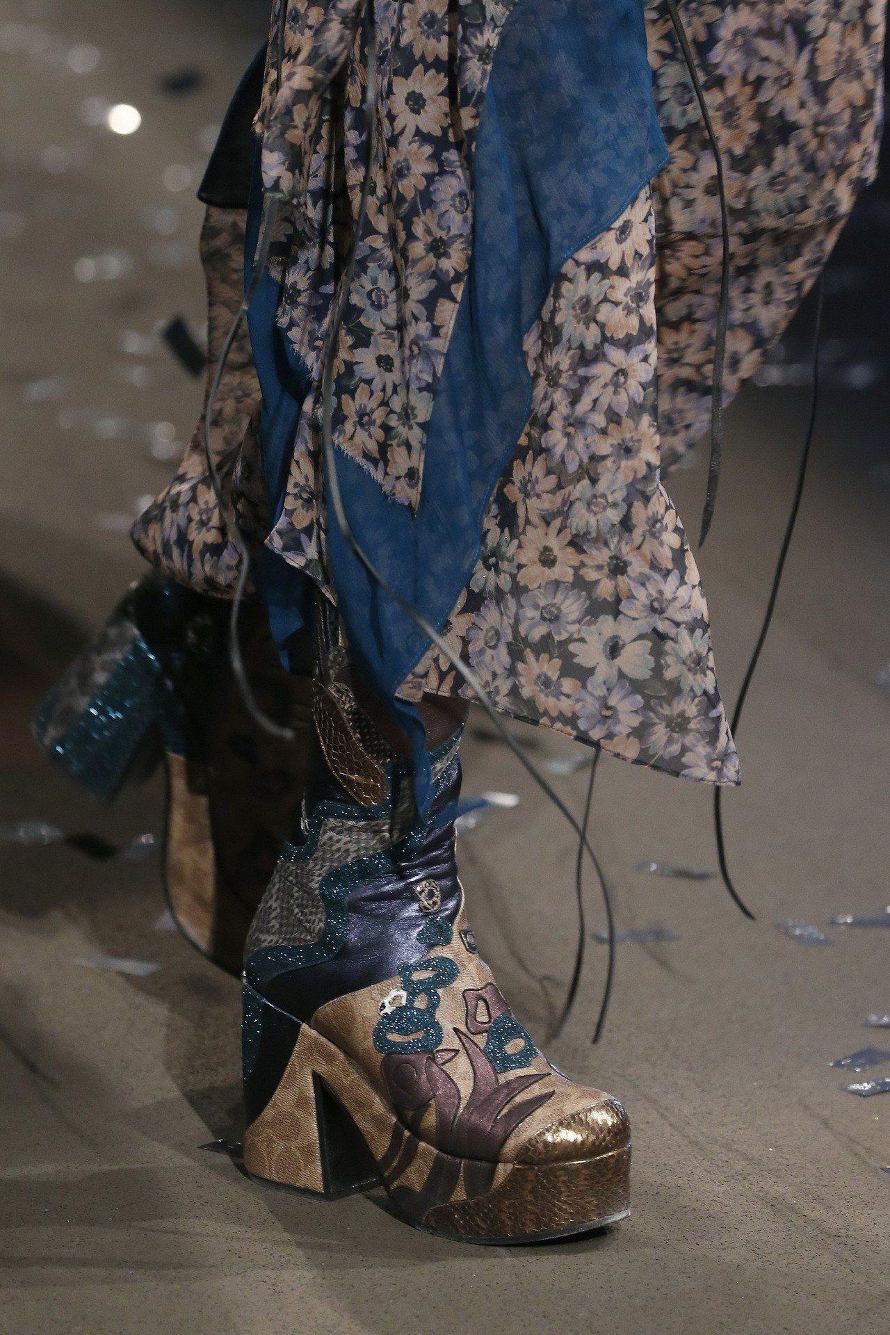 復古的厚底瑪莉珍鞋為2019早秋女鞋主要設計。圖/COACH提供