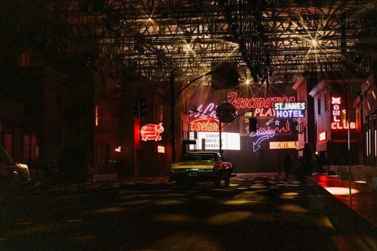 COACH在上海西岸藝術中心打造七○年代紐約夜色街景。圖/COACH提供