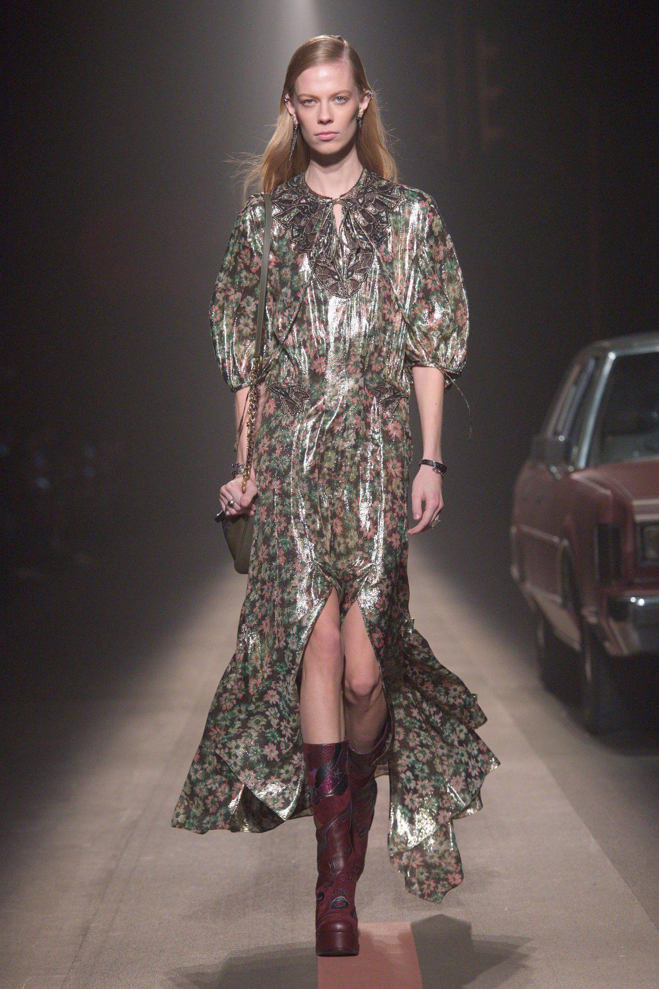 PVC塗層的刺繡洋裝在本季以手帕式裙襬為特色。圖/COACH提供