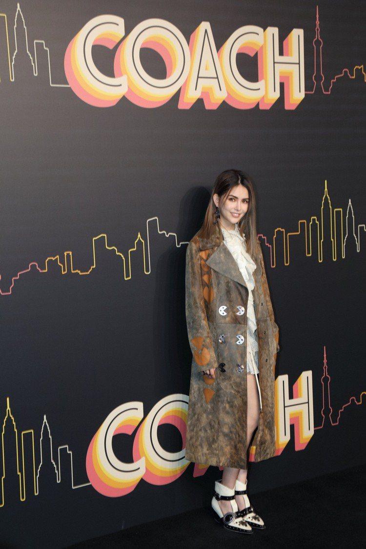 昆凌參加早秋發表,表示她最喜歡Rexy翻玩系列。圖/COACH提供