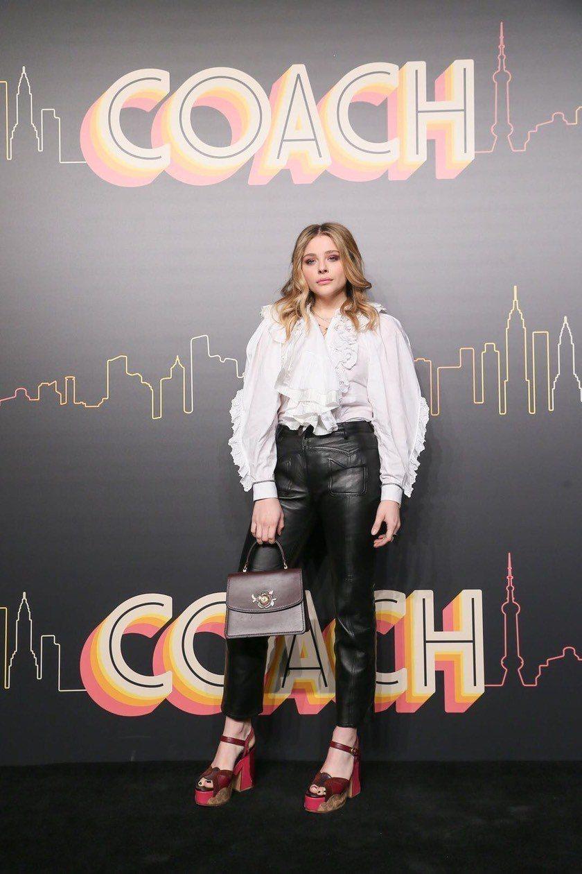 克羅伊摩蕾茲甜美現身COACH上海2019早秋大秀。圖/COACH提供