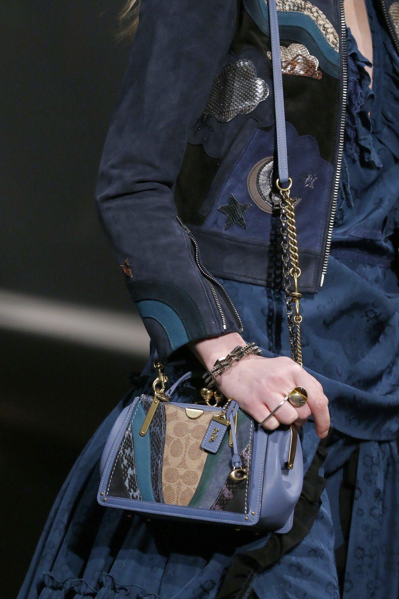 Dreamer手袋在早秋有許多新的設計。圖/COACH提供