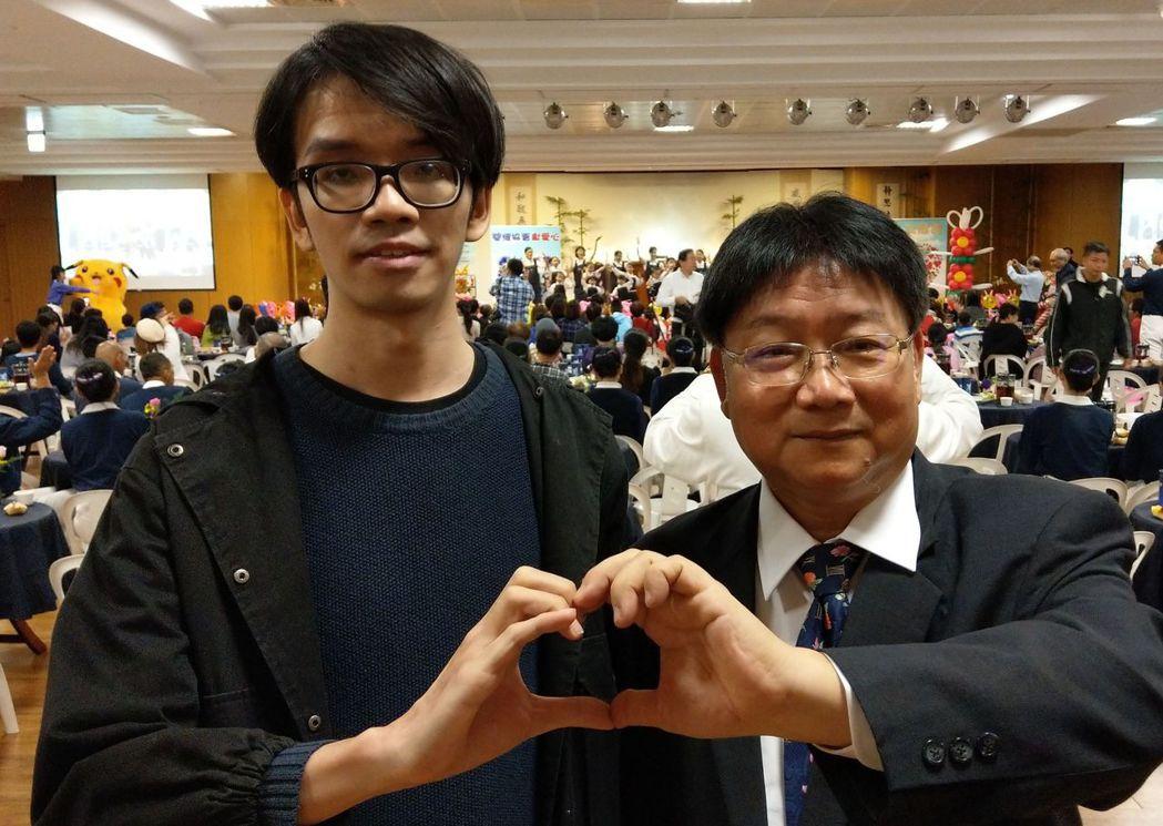 28歲葉姓男子(左)感謝診所醫師陳豐霖(右)快速確診,並協助就醫,救回一命。記者...