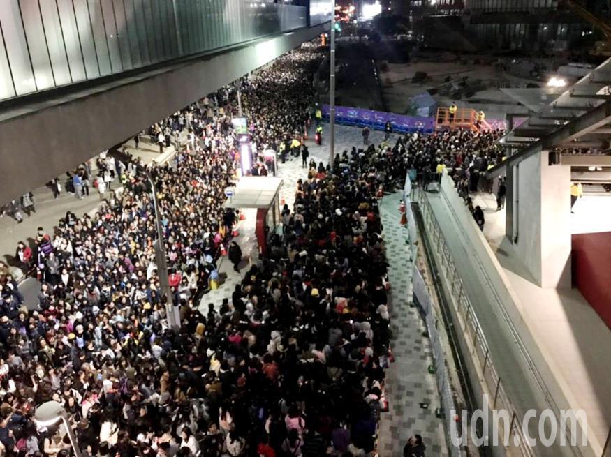 韓國超人氣天團「防彈少年團」(BTS)桃園國際棒球場舉行亞洲巡迴演唱會,造成機捷...