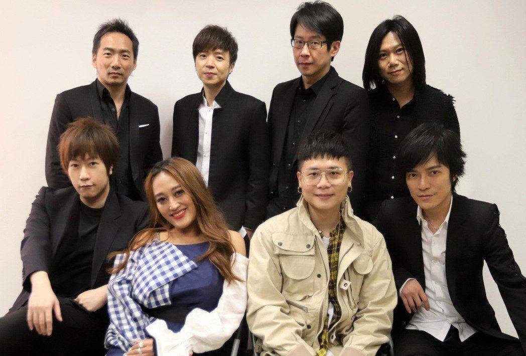 五月天和家家、蕭秉治、李劍青一起出席「第十二屆音樂盛典咪咕匯」。圖/相信音樂提供