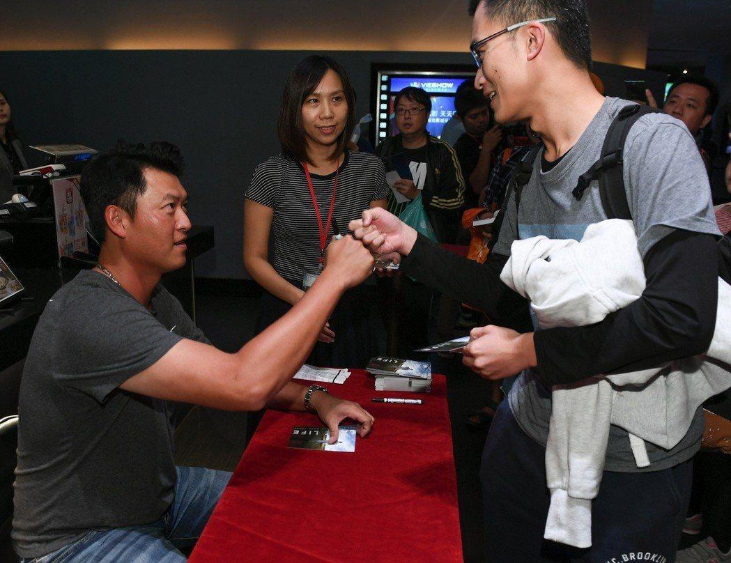 王建民(左)現身電影見面會,為上千球迷簽名也不喊累。圖/牽猴子提供