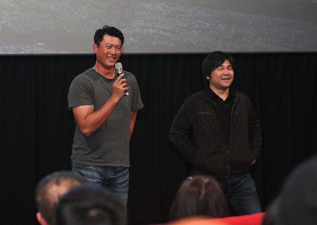 王建民(左)和紀錄片導演陳惟揚(右)現身電影見面會,引起現場所有影迷瘋狂。圖/牽...