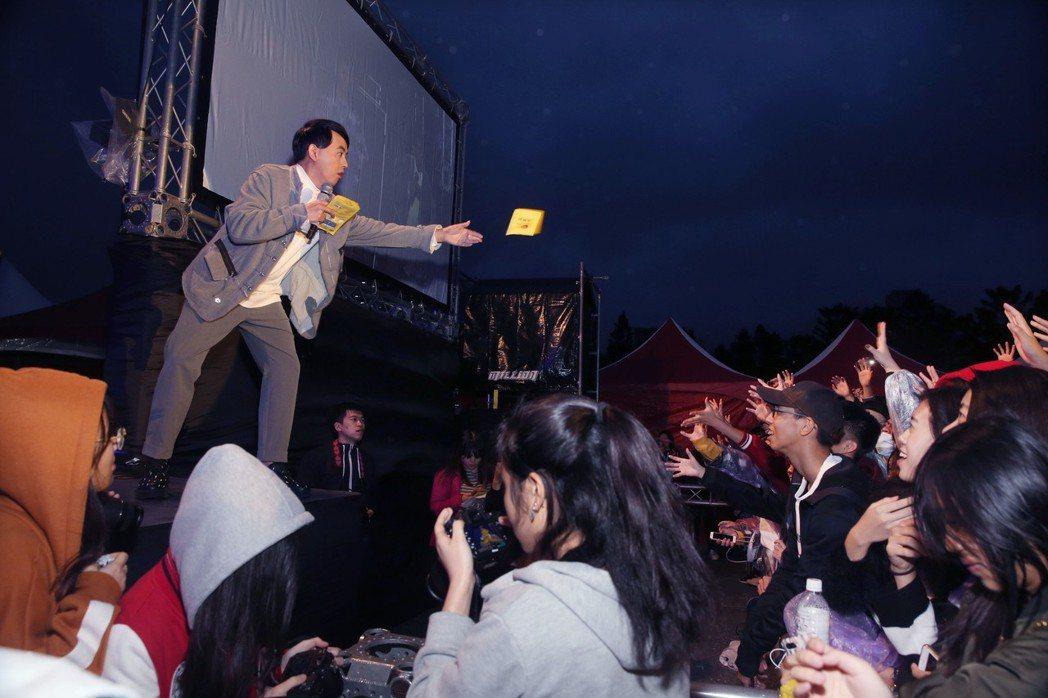 黃子佼北一女校慶一唱完,直奔高鐵站趕高雄科大的校園演唱。圖/大鵬經紀提供