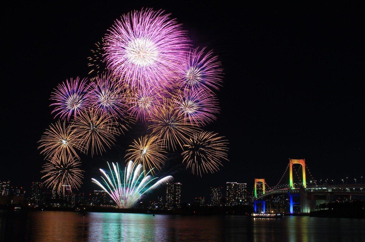 東京台場彩紅煙火。圖/樂天旅遊提供