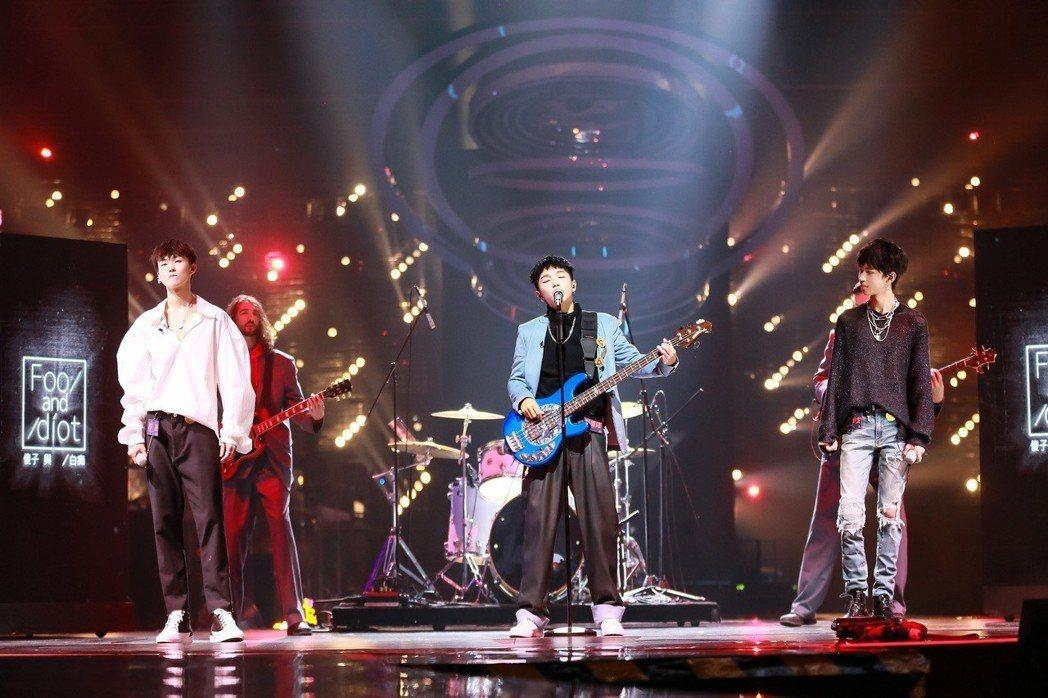 台灣地下樂團「傻子與白痴」主唱蔡維澤(中)。圖/哇唧唧哇提供
