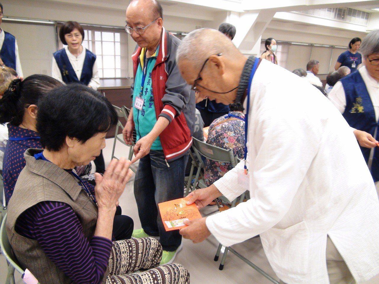佛教正覺同修會今天到高雄,送給高雄市30里共300名清寒、特困低收入戶與獨居長者...