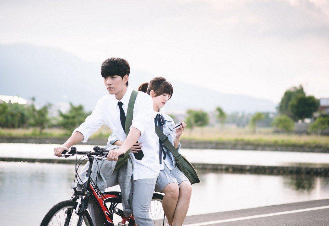 臧芮軒(右)、林子閎演出「艾蜜麗的五件事」學生時期畫面浪漫。圖/東森提供