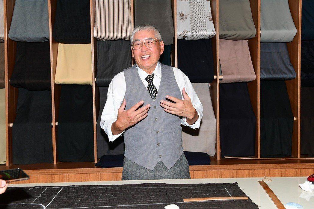 柯一正在「蘇爺爺的肖像畫」戲中飾演裁縫師。圖/華視提供