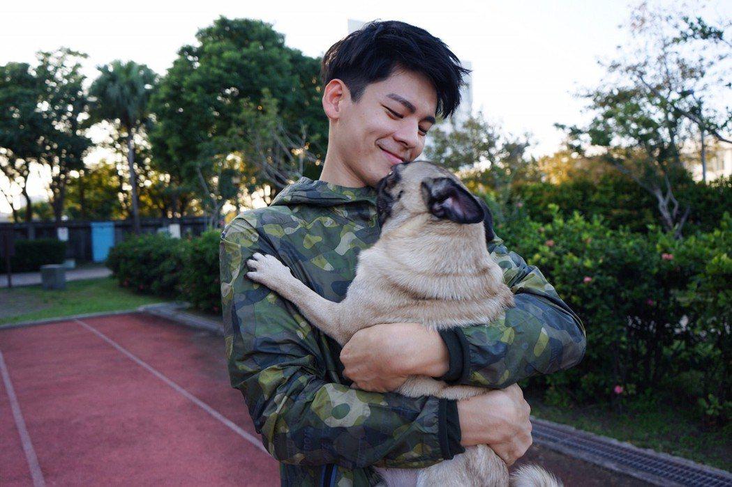 林柏宏用臨時征服狗狗。圖/周子娛樂提供