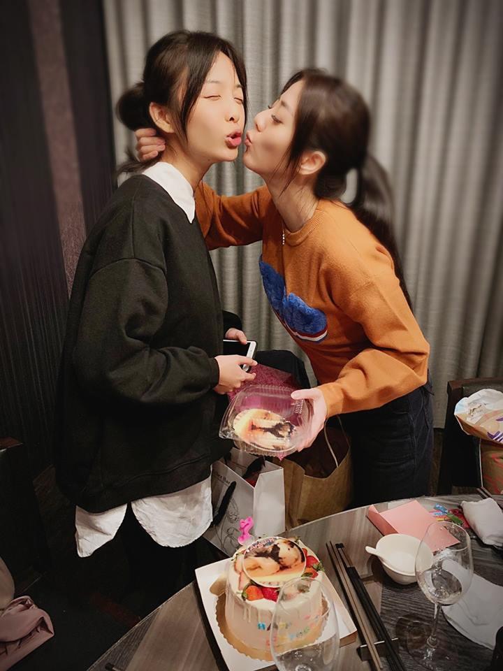 韓瑜和朋友們開心慶生。圖/摘自臉書