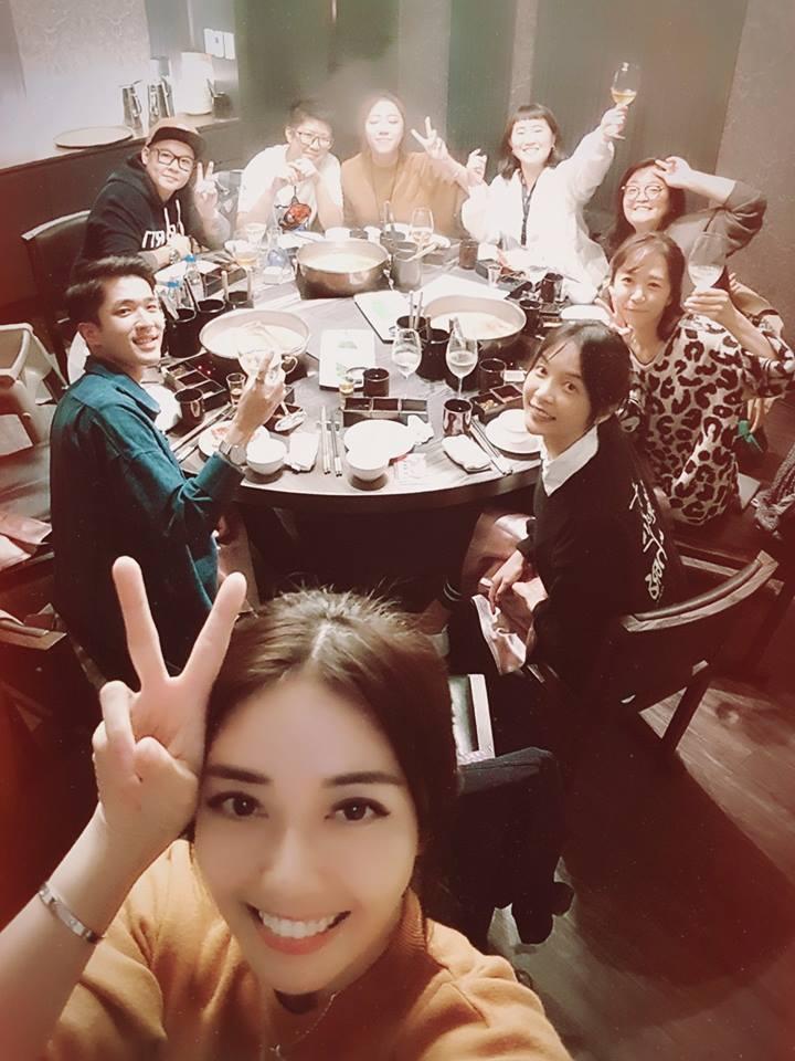 韓瑜和朋友們開心慶生。圖/摘自臉書  ※ 提醒您:禁止酒駕 飲酒過量有礙健康