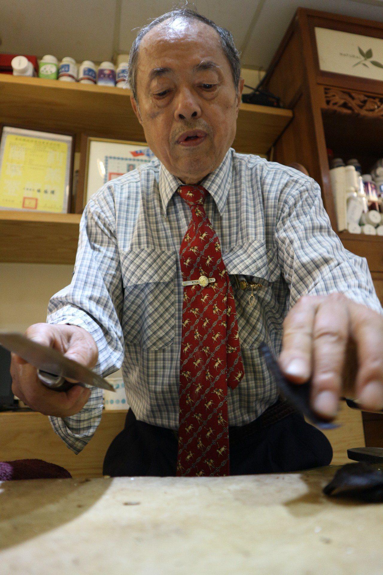今年77歲的鄭松男,開設中藥行超過50年,從學徒至今,在中藥行一甲子,對於如今無...