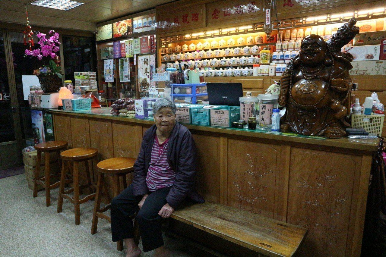 新鴻元蔘藥行位在新店的市場中,特別設置長板凳,提供左右鄰居到中藥行內聊天。...