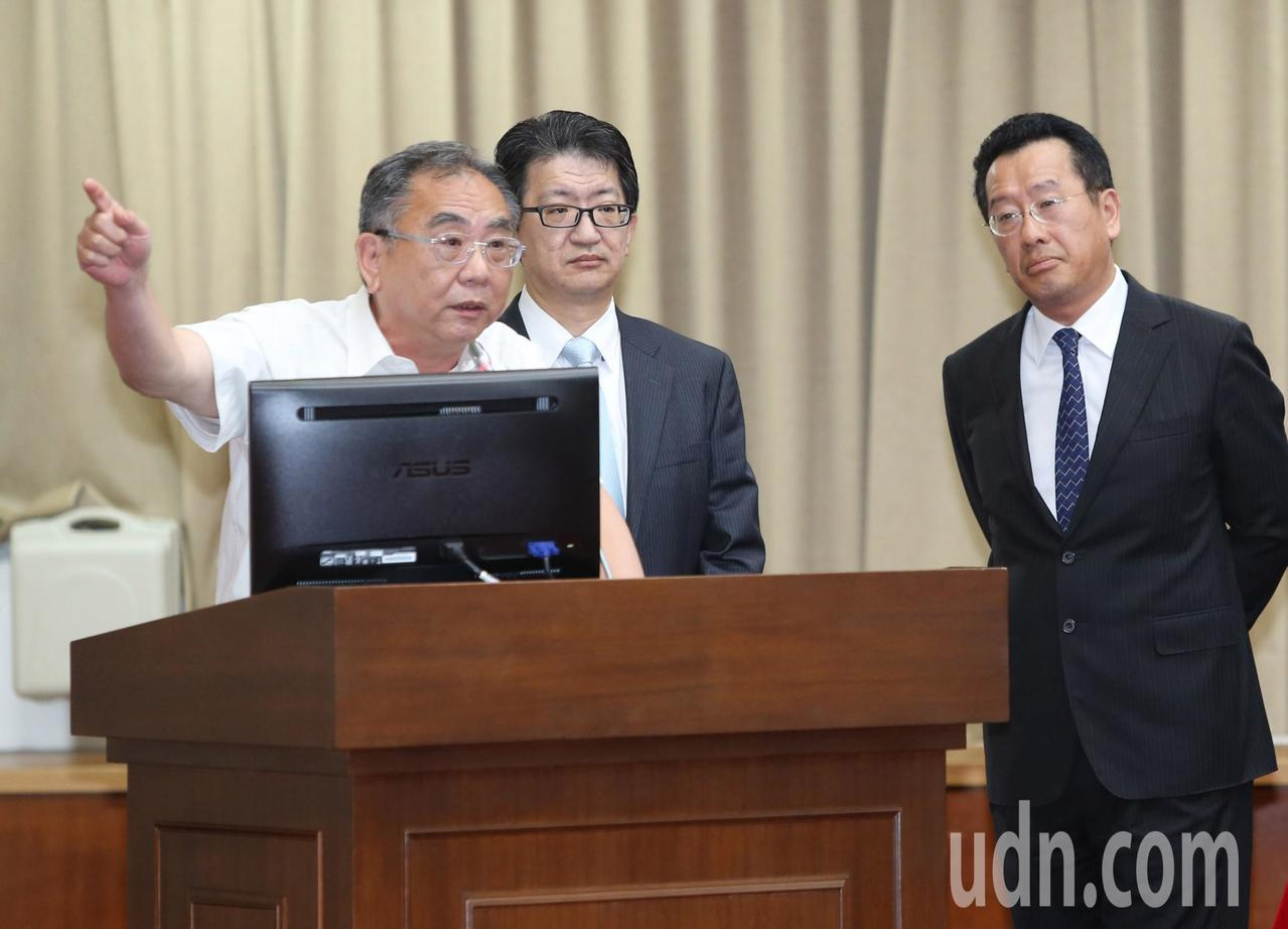 今年5月31日,地震基金董事長陳明仁(圖左)在立法院財委會接受質詢畫面。右為金管...
