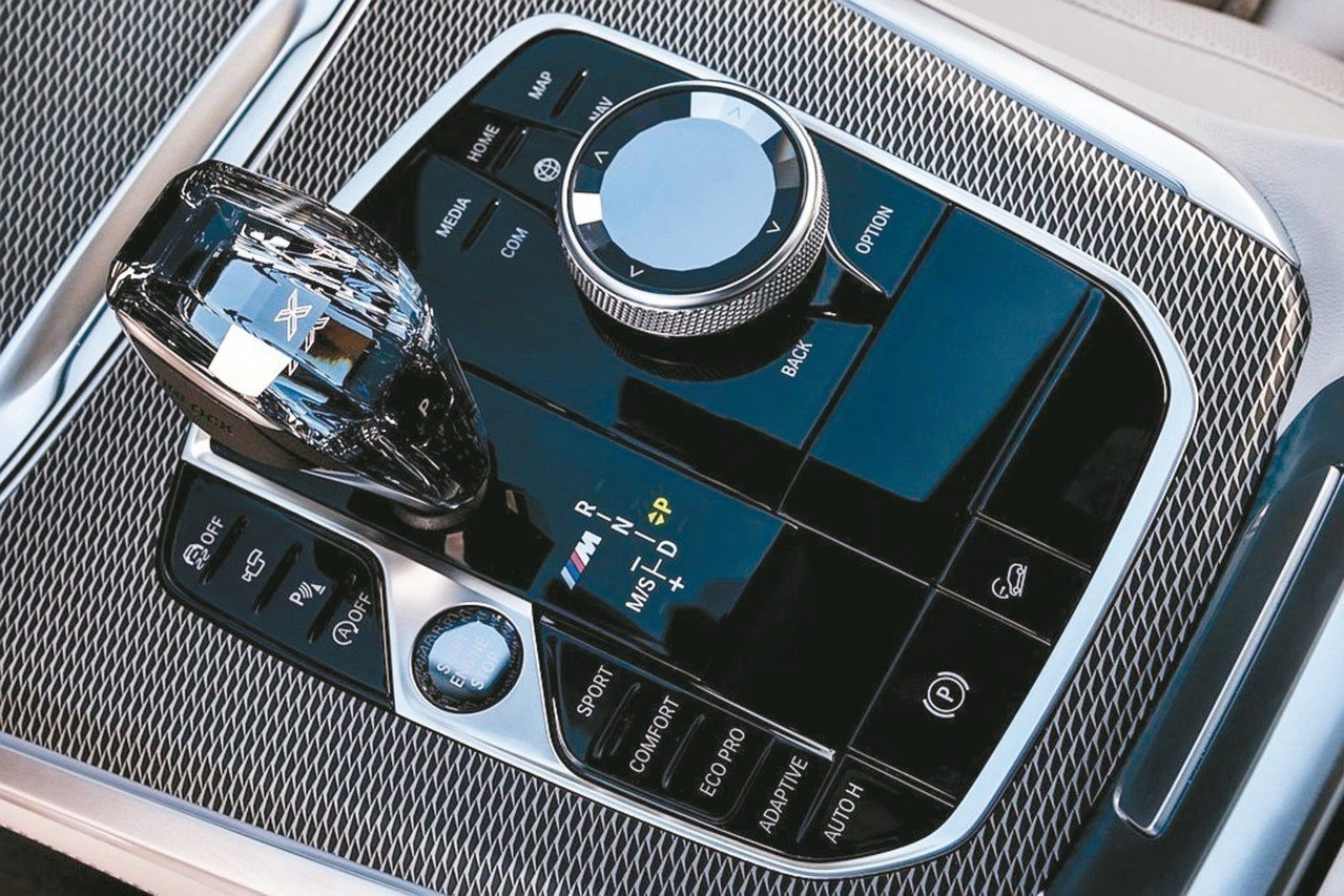 X5中央鞍座完美整合引擎啟閉鈕、動態行車模式切換、氣壓懸吊按鍵、xOffRoad...